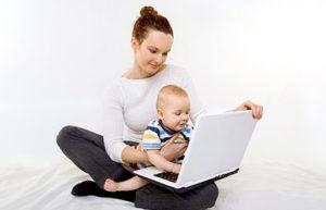Мама и ребенок с компьютером