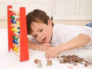 Ребенок считает деньги