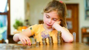 Девочка считает деньги