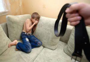 Отец избивает ребенка