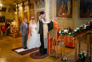 Семейная пара на венчании