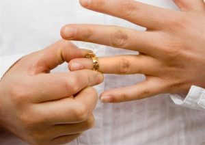 Снимает кольцо