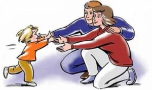 Ребёнок бежит к родителям