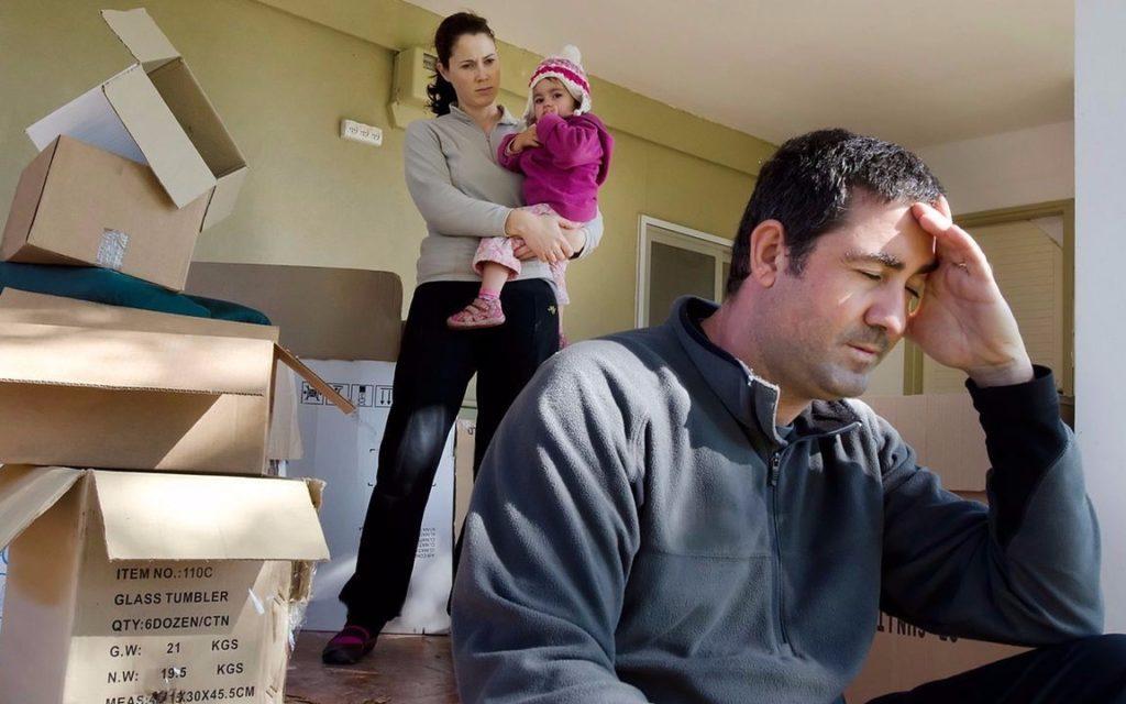 Выписывает супругу с ребёнком